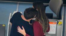Ex-BBBs Vivian e Manoel trocam carícias em aeroporto carioca