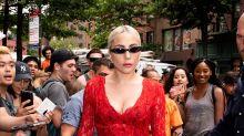 Lady Gaga se pasa de sexy con este look rojo pasión
