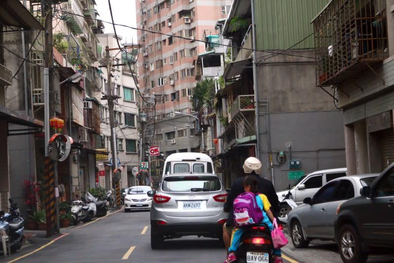 在此雙向僅有一車道超越前車之行為將明確定義為「超車」。