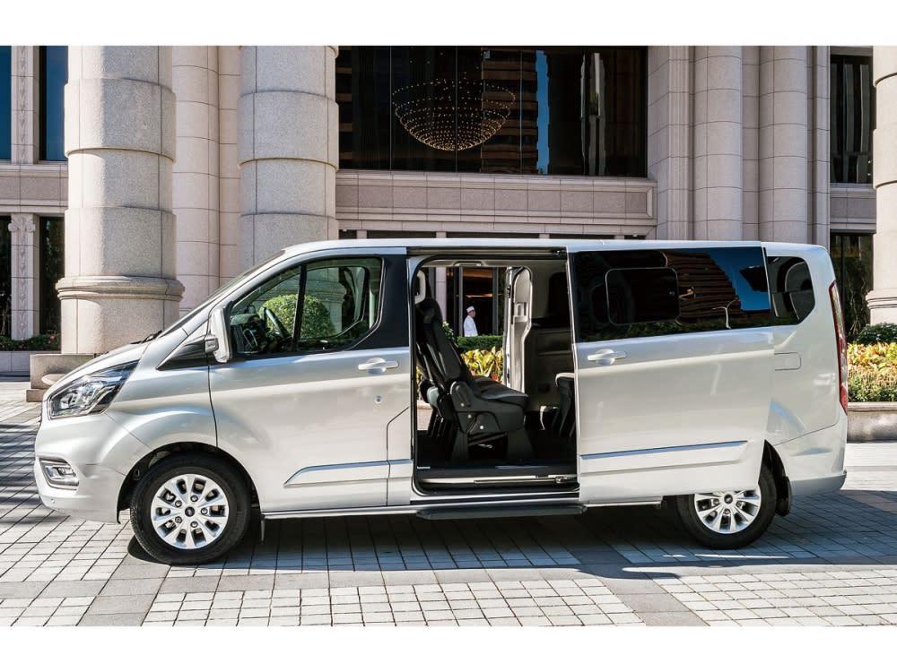 後座車窗設置了深色隱密玻璃,另一端車內部分則加上了後座車窗遮陽簾, 有效保障車內乘客的隱私。