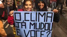 Bela Gil leva filha para protesto pela Amazônia: 'Criando seres humanos melhores pro mundo'