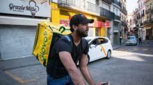"""Así viven los repartidores de comida a domicilio en mitad de la pandemia: """"Nos piden que les dejemos el pedido en el suelo y nos vayamos"""""""