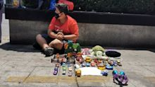 Niño en Ciudad de México cambia sus juguetes por despensa; un día solo comió tortillas con sal
