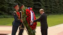 Putin lays wreath near Kremlin in memory of World War II victims