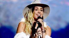 Miley Cyrus 眼泛淚光演唱《Malibu》,身上穿著的變奏版露肩裝定必掀起新潮流!
