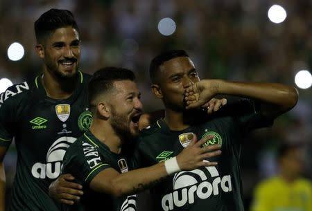 Jogadores da Chapecoense comemoram gol contra o Atlético Nacional