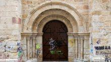 Grafitis sobre piedras del románico afean el patrimonio histórico de Zamora