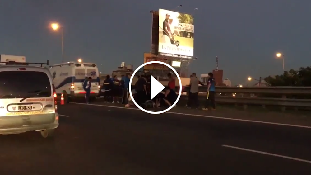VIDEO: Un hincha de Boca se cayó del ómnibus en plena autopista
