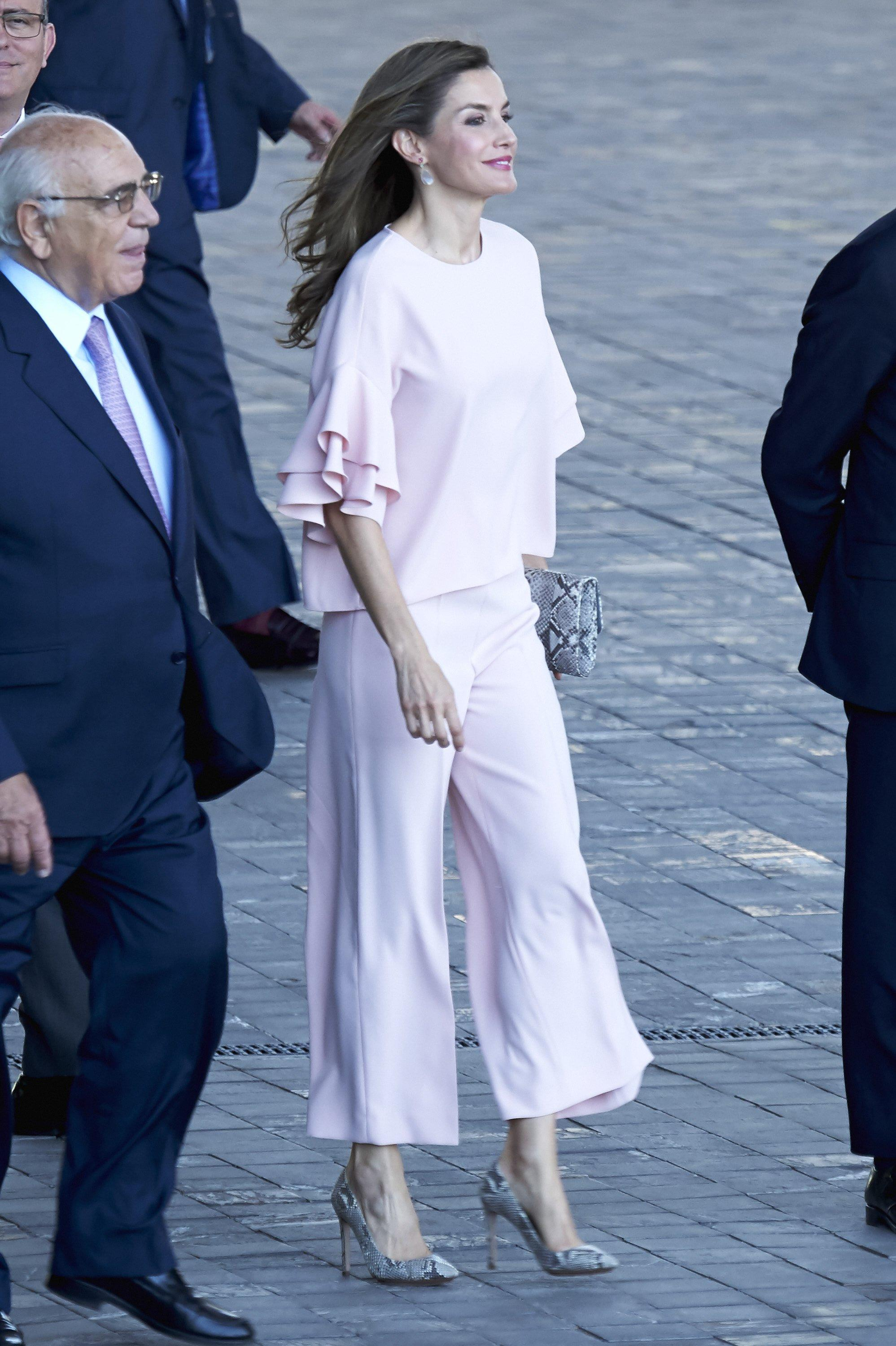 queen letizia is wearing an outfit you can get at zara right now and it 39 s on sale. Black Bedroom Furniture Sets. Home Design Ideas