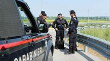 Monza, punta pistola contro carabinieri e spara in aria: bloccato