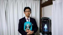 Conheça o japonês que se casou com um holograma