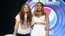 La gente se ensaña con el look de Shakira frente al que usó Jennifer Lopez en la conferencia del Super Bowl