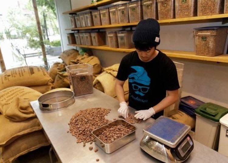 選豆工程也開放參觀。從袋子拿出可可豆,之後仔細挑選後放入盒子中。