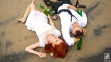 Casal foge da tradição e faz ensaio fotográfico divertido pós-casamento