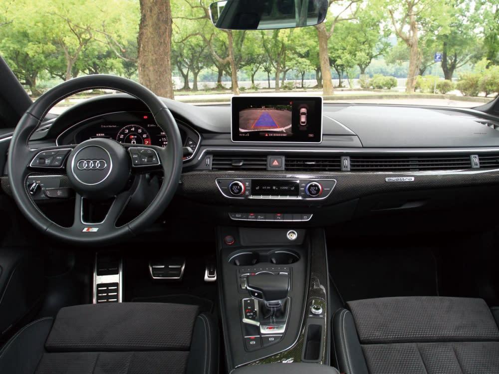 S車型專屬方向盤搭上大量碳纖維飾板,使內裝充滿戰鬥氛圍。