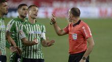 Mateu Lahoz, el árbitro que siempre quiere ser el protagonista y lo fue en el derbi sevillano