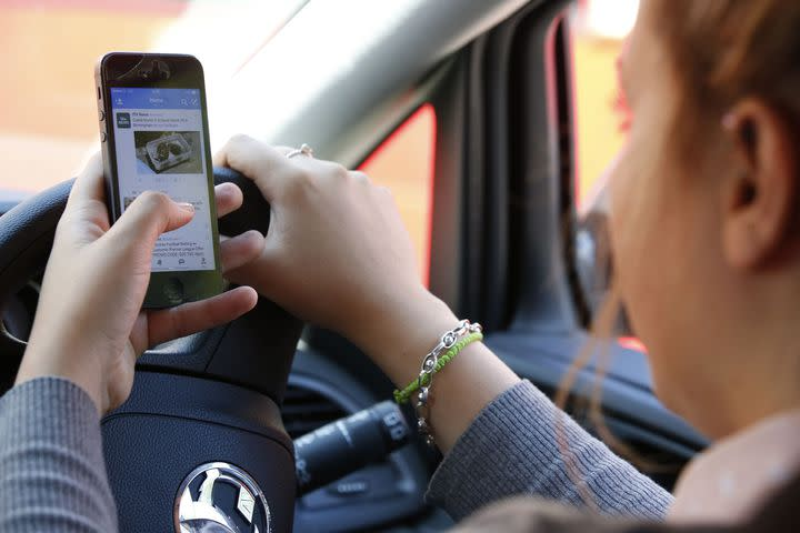 distracted driving kills Distracted driving kills and injures a few seconds is all it takes to crash your car due to distracted driving it may seem innocent enough to check a.