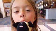 Niña pierde su juguete favorito en aeropuerto y los policías viven divertidas aventuras con él