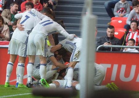 Los jugadores del Real Madrid celebran un gol frente al Athletic Bilbao en el partido de la Liga española disputado en el estadio San Mamés.
