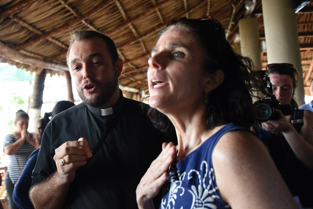 Rebecca Gomperts (R), founder of the Dutch organization Women on Waves, speaks with seminarian Gil Hernandez after a press conference at the Pez Vela Marina in the port of San Jose, Escuintla department on February 23, 2017 (AFP Photo/JOHAN ORDONEZ)