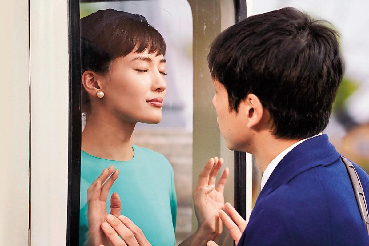 與綾瀨遙(左)的「玻璃之吻」讓坂口健太郎(右)心動不已,觸碰不到的吻更令人羞澀。
