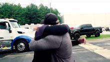 Dwayne Johnson es un jefe muy generoso ¡le regaló una furgoneta nuevita a su doble!