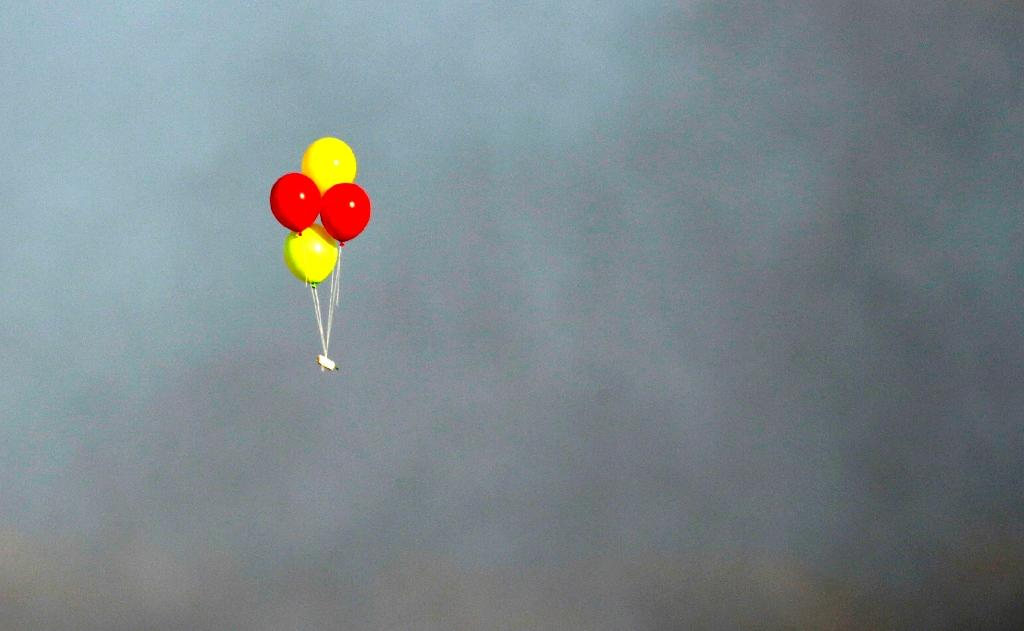 Balloons loaded with incendiaries are flown towards Israel during a confrontation between Palestinian demonstrators and Israeli troops east of Gaza City, along the border between the Gaza strip and Israel, on July 13, 2018 (AFP Photo/MAHMUD HAMS)