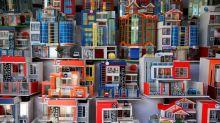 Los bolivianos sueñan a lo grande con coches y billetes en miniatura