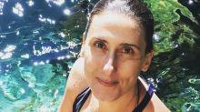 Ao natural! Paola Carosella posa de maiô e cara lavada na cachoeira
