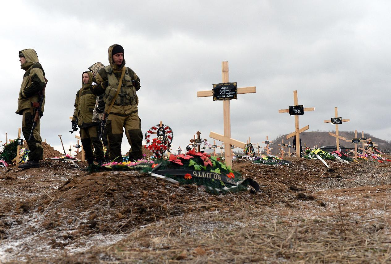 Pro-Russian separatists attend the funeral of several pro-Russian rebels at a cemetery in the eastern Ukrainian city of Donetsk on February 16, 2015 (AFP Photo/Vasily Maximov)