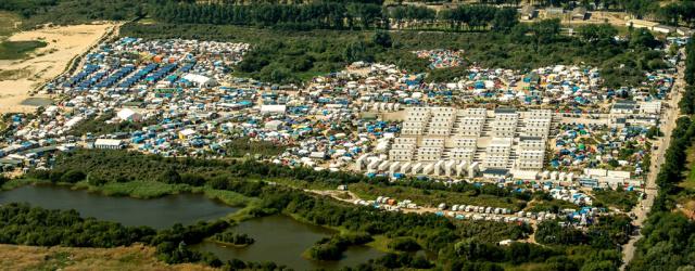 «Jungle» de Calais: Les migrants ont commencé à évacuer la zone