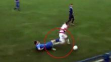Jugador de fútbol pierde un testículo tras esta dura entrada