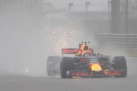 El piloto de Fórmula 1 de Red Bull Racing Max Verstappen de Holanda, conduce durante la primera sesión de entrenamientos en el Circuito Internacional de Shanghái, China.