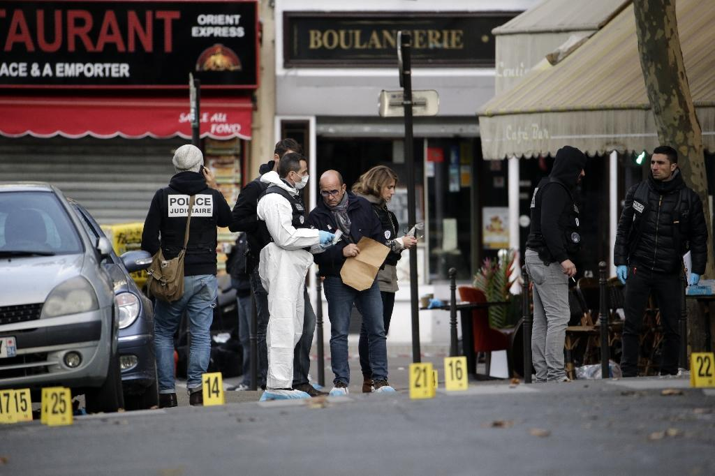 Forensic scientists inspect the Cafe Bonne Biere on Rue du Faubourg du Temple in Paris on November 14, 2015, following a series of attacks in Paris late Friday which left more than 120 people dead (AFP Photo/Kenzo Tribouillard)