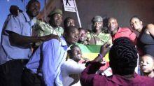 Celebran en Zimbabue renuncia de presidente Mugabe