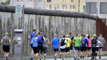 Maratona homenageia vítimas do Muro de Berlim 30 anos após queda