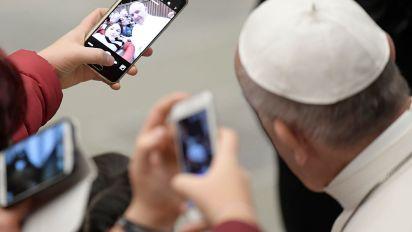 Il Papa invita a usare l'app per le preghiere