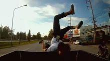 Un pasajero de motocicleta de pensamiento rápido logra una salvada épica