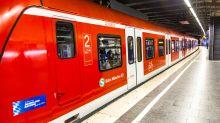 Seltsamer Mitfahrer: Passagier fotografiert Kakadu in der Münchener S-Bahn
