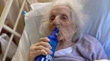 Coronavírus: mulher de 103 anos celebra recuperação tomando cerveja