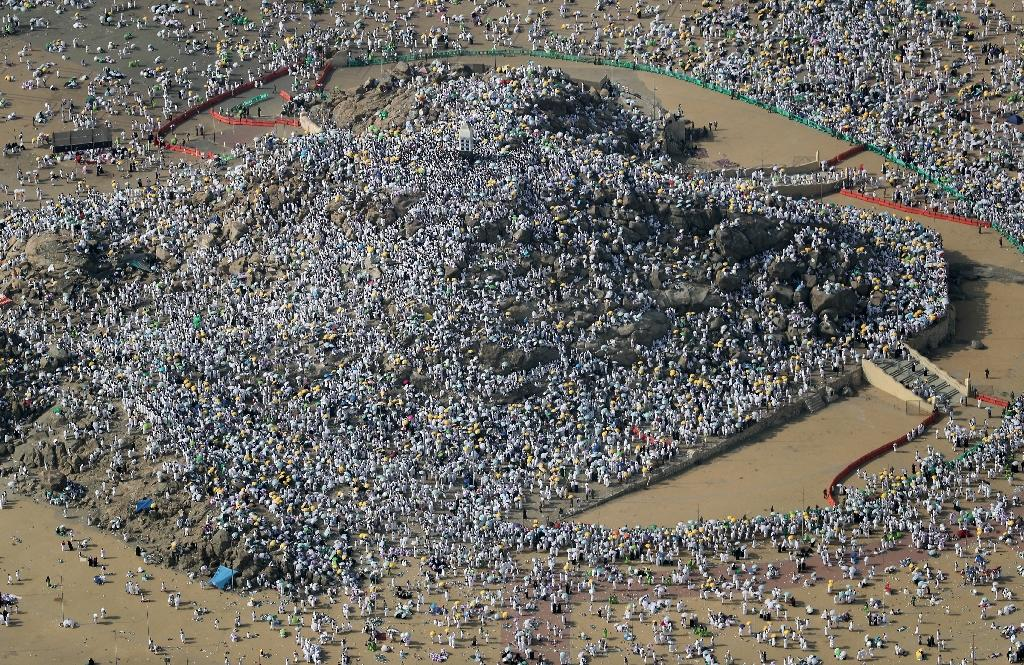 An aerial view from August 31, 2017 shows Muslim pilgrims gathering on Mount Arafat, also known as Jabal al-Rahma (Mount of Mercy), southeast of the Saudi holy city of Mecca, for the climax of the hajj pilgrimage (AFP Photo/KARIM SAHIB)