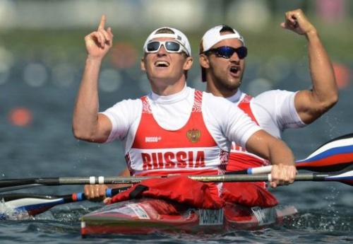 Los piragüistas rusos celebran su medalla de oro en K2