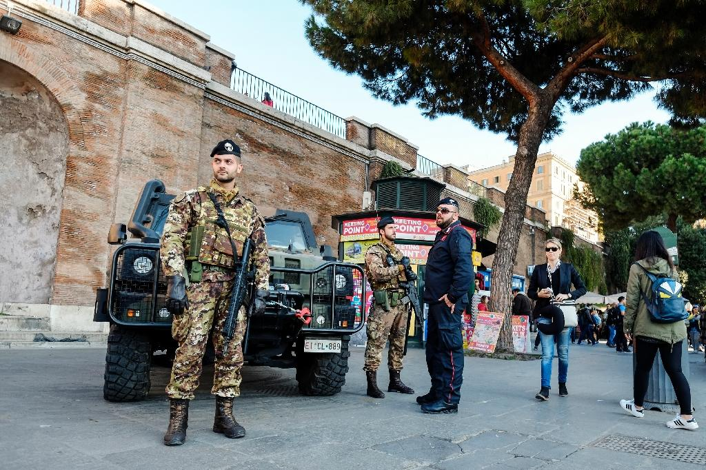 Italian security forces on the streets near the entrance to the Colosseo (Colosseum) metro station in Rome on November 19, 2015 (AFP Photo/Andreas Solaro)