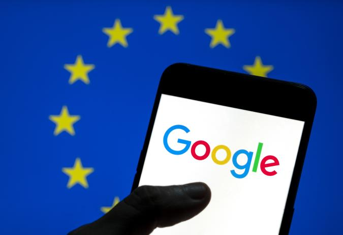 CHINA - 2021/04/08: In this photo illustration the American multinational technology company and search engine Google logo is seen on an Android mobile device screen with the European Union (EU) flag in the background. (Photo Illustration by Chukrut Budrul/SOPA Images/LightRocket via Getty Images)