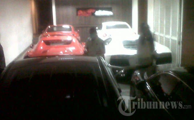 Mobil Mobil Mewah Di Garasi Rumah Tubagus Chaeri Wardhana