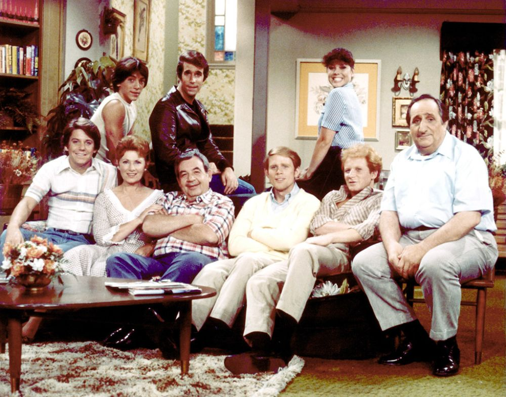 HAPPY DAYS, (Back L-R), Scott Baio, Henry Winkler, Erin Moran, (Seated L-R), Anson Williams, Marion Ross, Tom Bosley, Ron Howard, Donny Most, Al Molinaro, 1974-1984 (Photo: Paramount/Everett Collection)