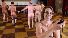 Odeia roupas de academia? Conheça o programa de exercícios nudista dessa personal