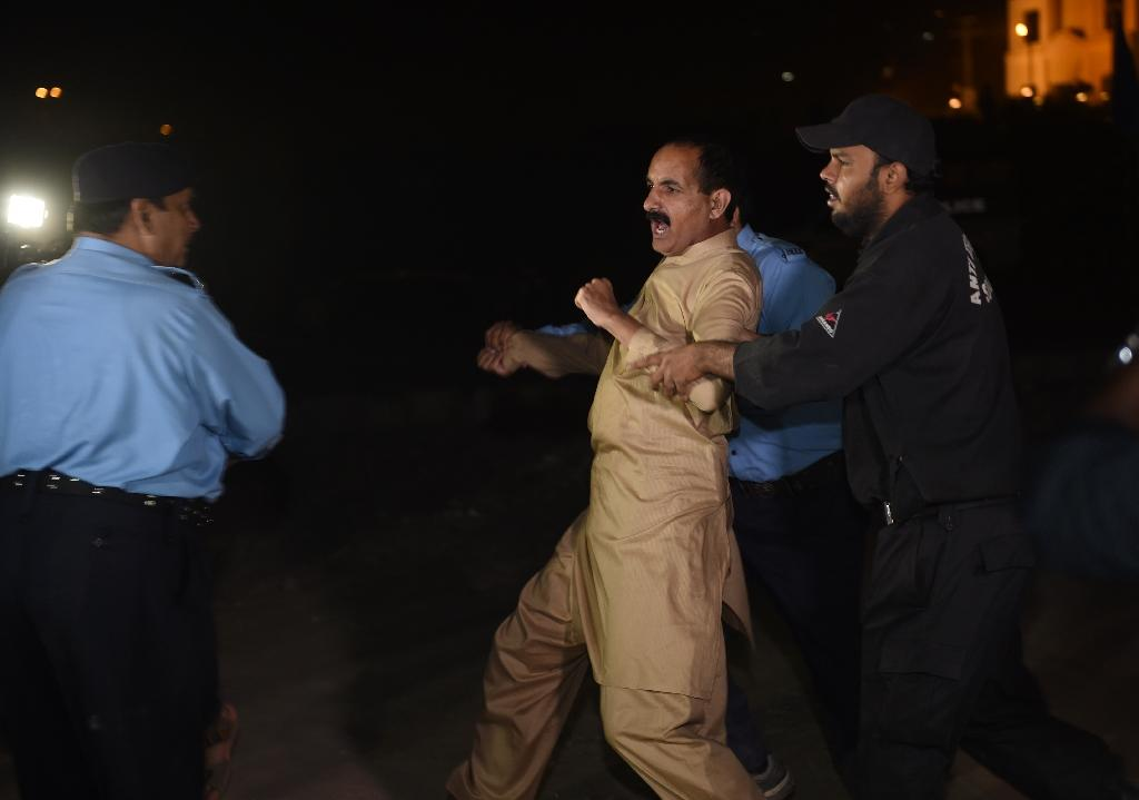 Pakistani police arrest an activist from the opposition Tehreek Insaaf (PTI) party in Islamabad on October 27, 2016 (AFP Photo/Farooq Naeem)