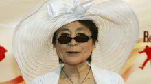 La vejez de Yoko Ono: en silla de ruedas y asistencia 24 horas