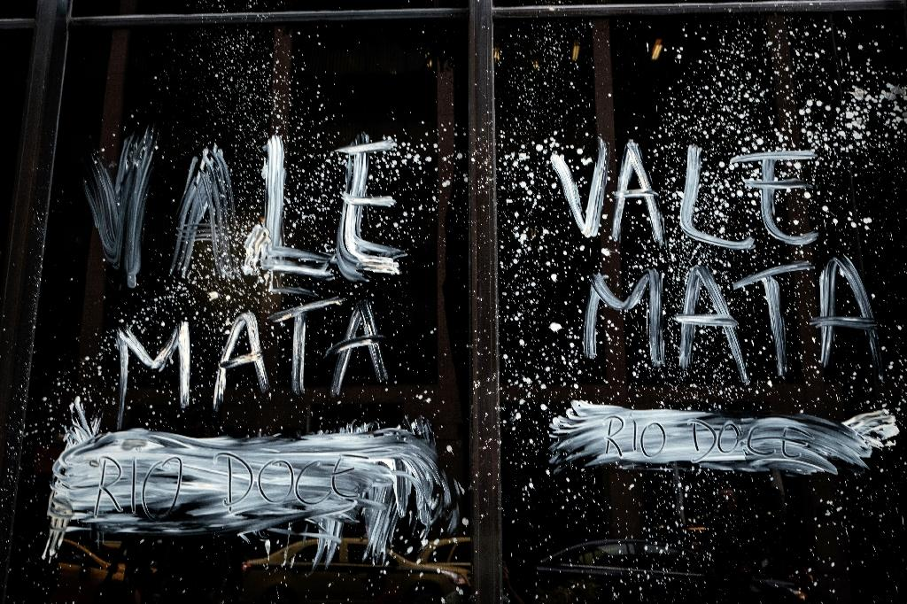 """""""Vale kills,"""" reads a slogan smeared on the mining company's headquarters in Rio de Janeiro on November 16, 2015, as Brazilians protested in the aftermath of a November 5 dam rupture that drowned a Minas Gerais village in mud (AFP Photo/Yasuyoshi Chiba)"""